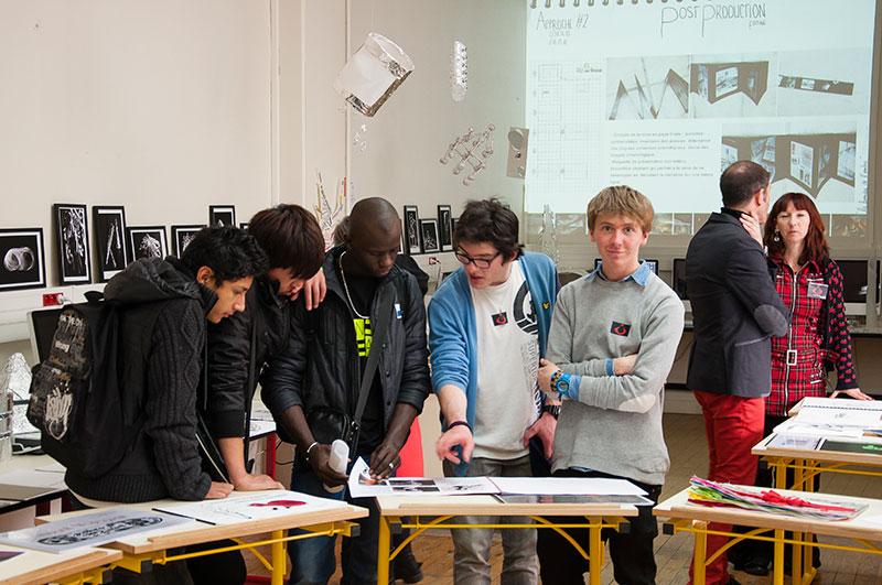 Benjamin Azambre et Valentin Le Mar'ch présentent des projets d'arts appliqués à des visiteurs du lycée brassaï sous l'oeil de Géraldine Hervé et François Oliva